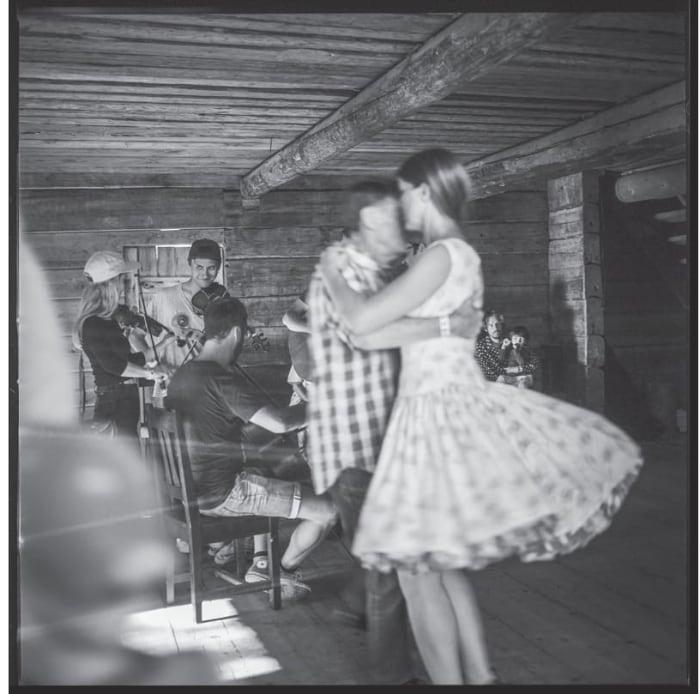 Ett par som dansar till folkmusik
